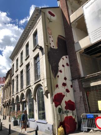 Muurschildering Mechelen: Meisje met bloemen Onze-Lieve-Vrouwestraat