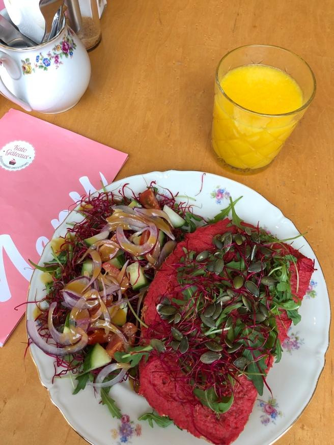 Toast met hummus van rode biet met een slaatje & Vers geperst fruitsap | Kato Gateaux
