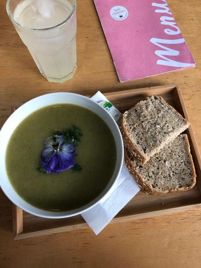 Broccolisoep met brood & Homemade limonade met gember en citroen | Kato Gateaux
